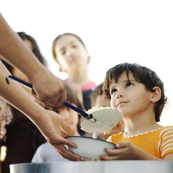 Alimenta a los niños hambrientos